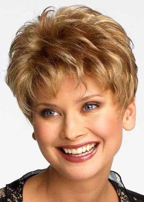 elegantes cortes de pelo corto embargo modernos para mujeres mayores de