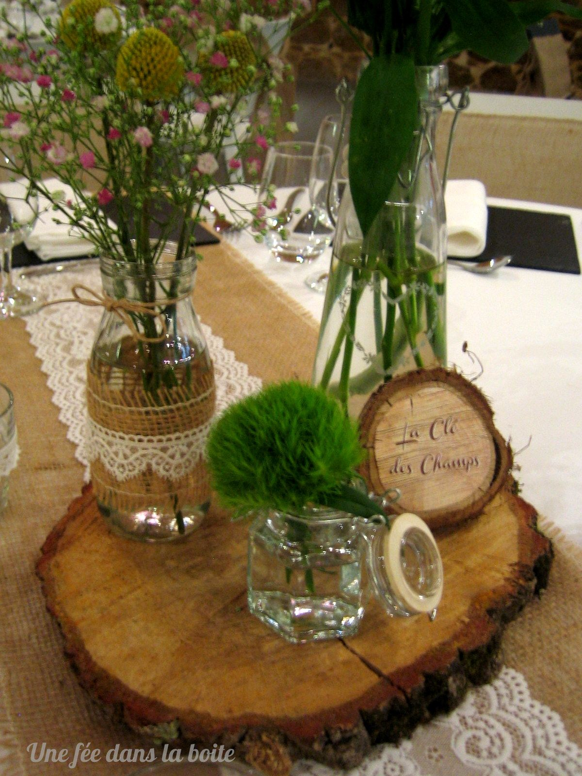 Mariage campagne chic gros plan sur le centre de table - Centre de table rondin de bois ...