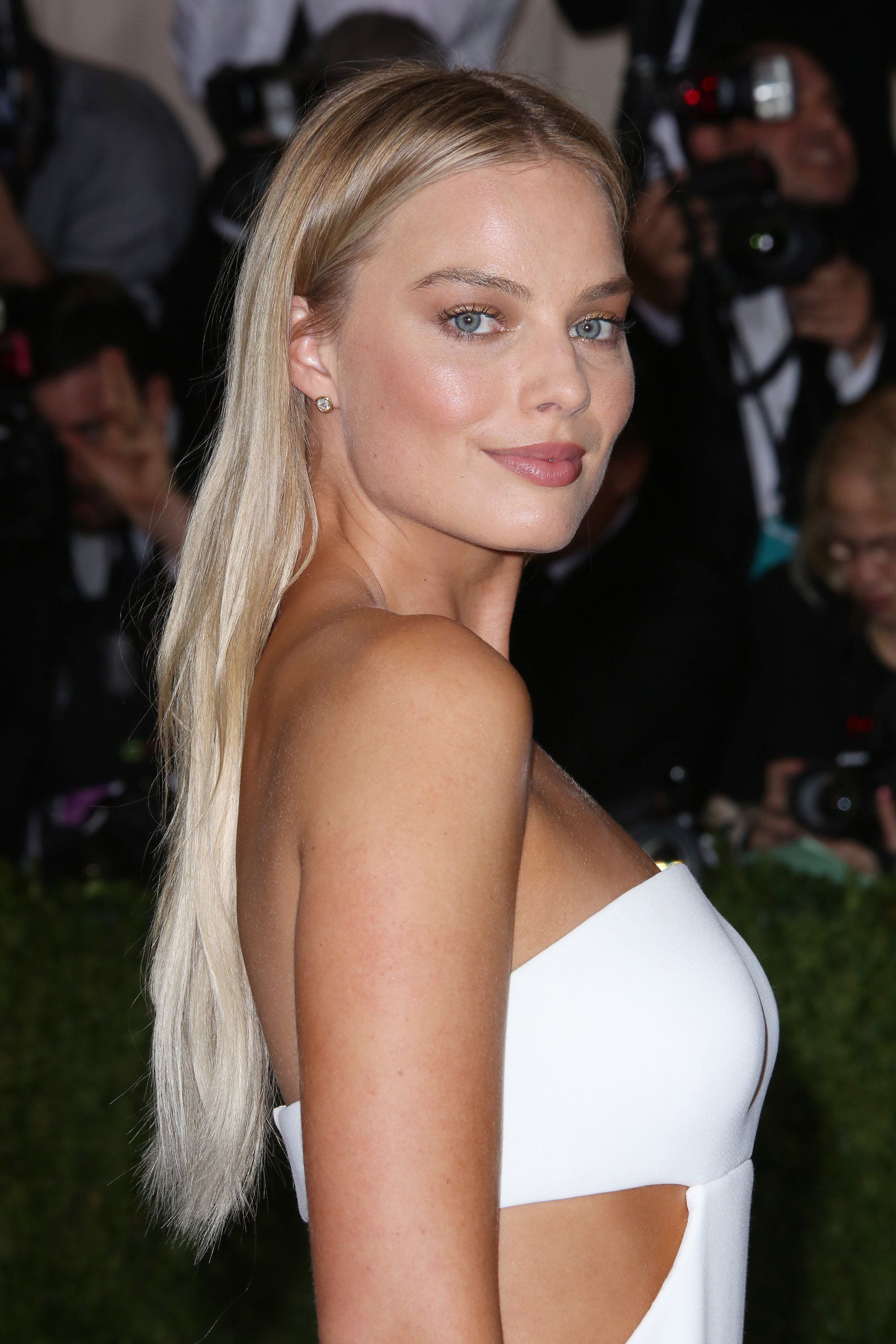 How Margot Robbie Masters The Art Of The Red Carpet Makeunder Margot Robbie Hair Margot Robbie Makeup Blonde Actresses