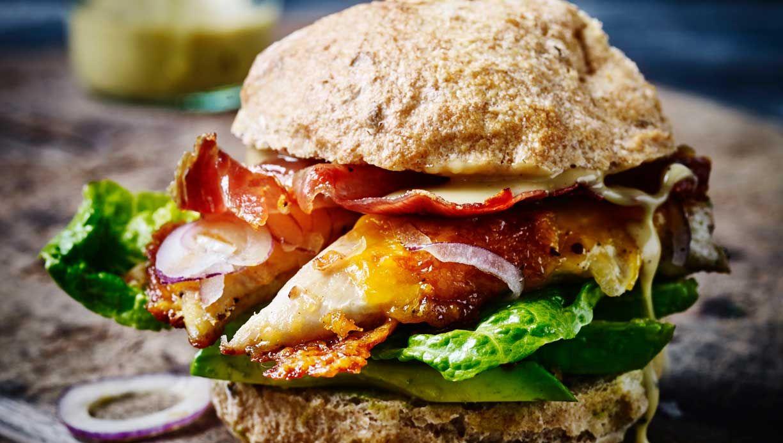 8a37dbd9852 Giv den klassiske hamburger kamp til stregen! Denne lækre sag med kylling  vil garanteret bringe lykke hele vejen omkring bordet. Her får du  opskriften på ...