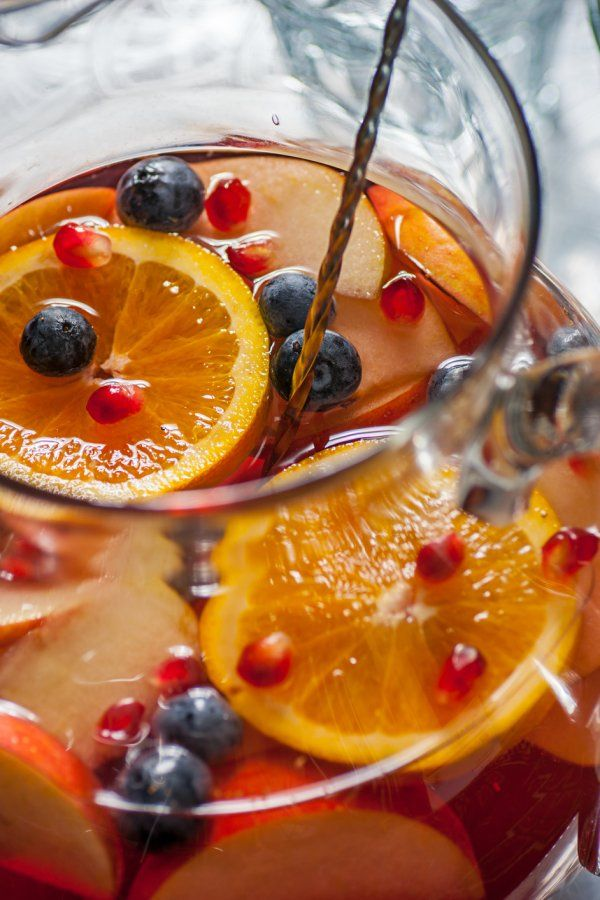 Prickelnde Silvesterbowle mit Wodka und Obst