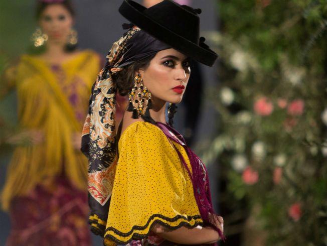En la primera jornada de desfiles además de Rocío Peralta también participaron Foronda y la Asociación Mof&Art de artesanas y diseñadoras de moda flamenca