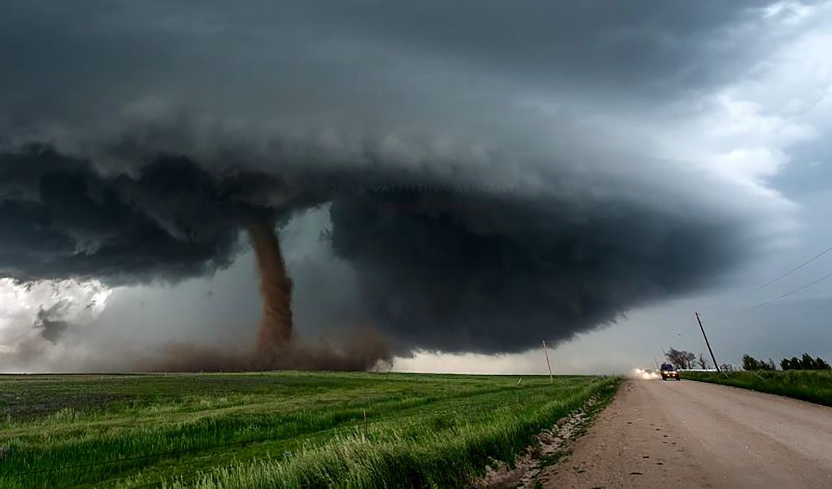 dark rope funnelled tornado below an extremely dark on wall cloud id=32444