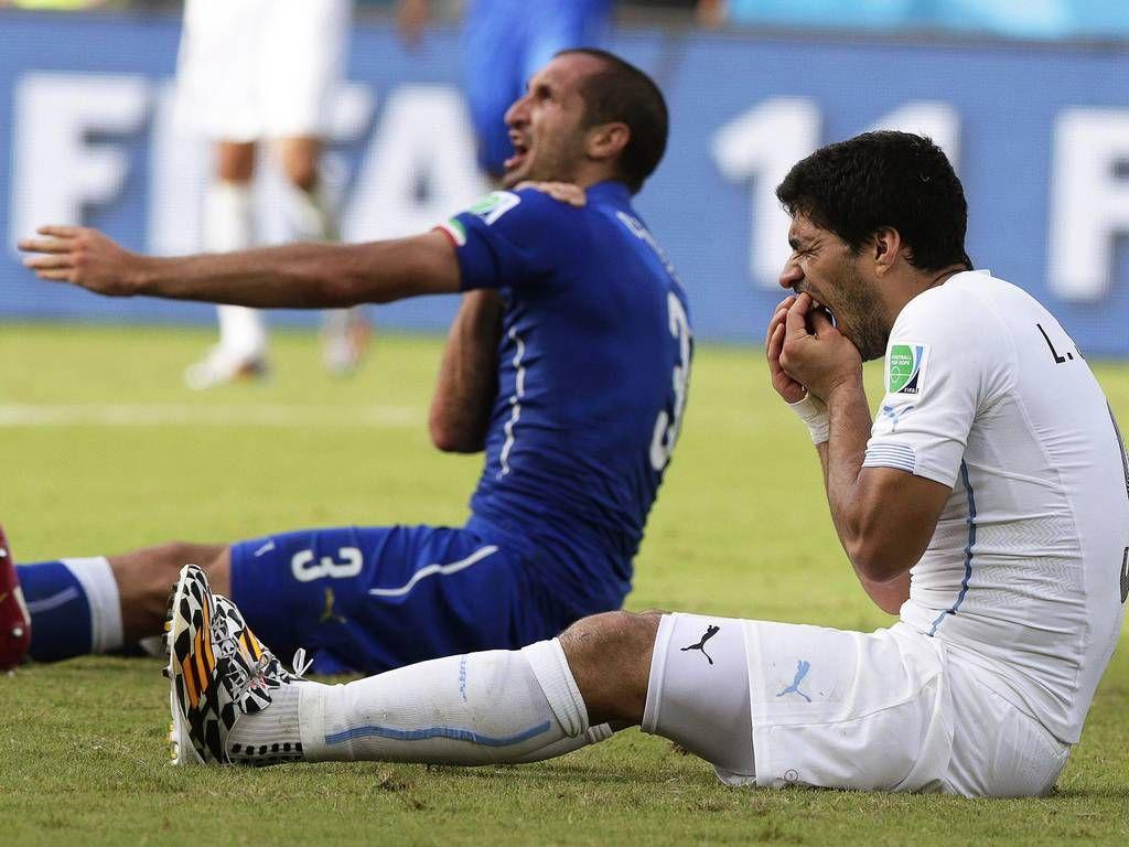 Giorgio Chiellini da Itália (L) afirma que ele foi mordido por do Uruguai Luis Suarez  jogo da ronda preliminar entre Itália e Uruguai, no Estádio Arena das Dunas em Natal, Brasil