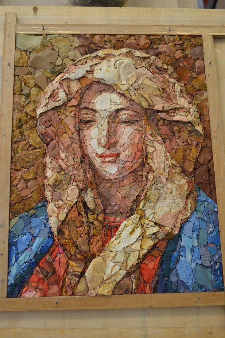 """""""Madonna del cardellino"""" (30x40 cm) Interpretação a mosaico realizada em técnica direta, utilizando principalmente materiais naturais como pedras e mármores. Com a inserção de alguns materiais artificiais como grés, pasta vítrea e resina colorida que auxiliaram na obtenção de algumas passagens cromáticas."""