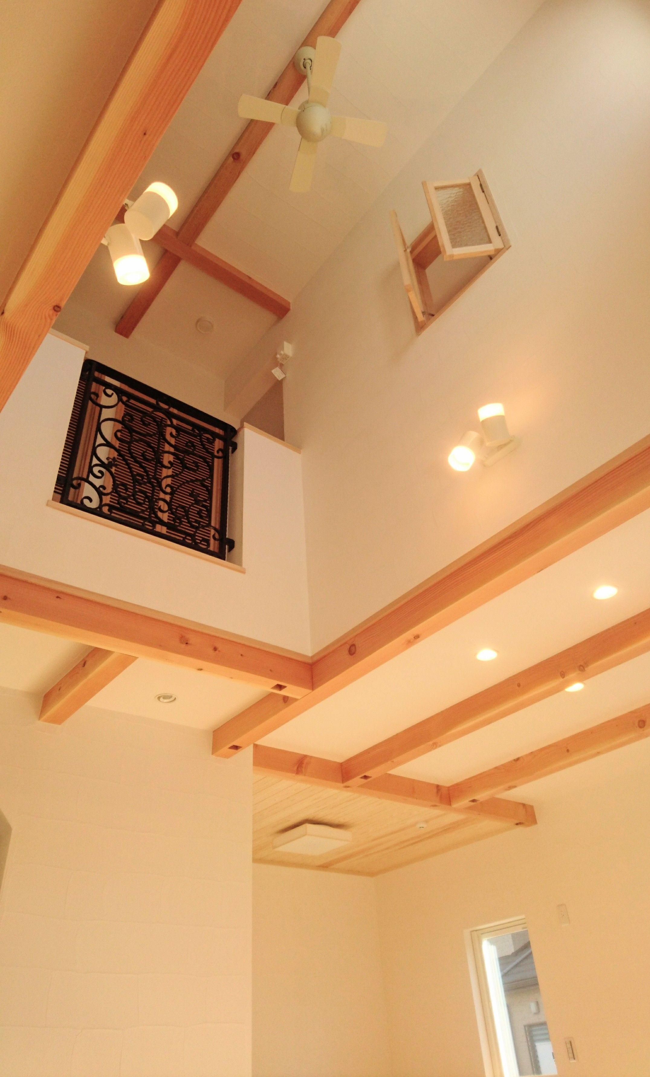 空間を大きく見せる 梁見せ天井 吹抜け 真っ白な漆喰壁にロート