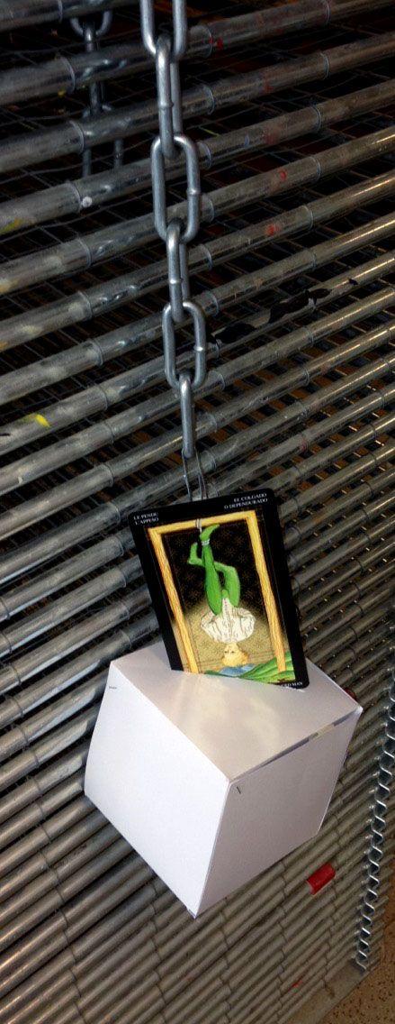 Deze installatie heeft als betekenis dat men veel te snel dingen gelooft (bijvoorbeeld waarzeggerij en tarot of dingen op internet) en er niet genoeg over (out of the box) nadenkt. Verder dat men ook minder creatief, minder genuanceerd en oppervlakkig eindigt wanneer men te veel gelooft en niet reflectert naar zich zelf. Het heeft dan ook een betekenis dat er naar toe wijst dat mensen meer out of the box moeten denken en niet alles moeten geloven.