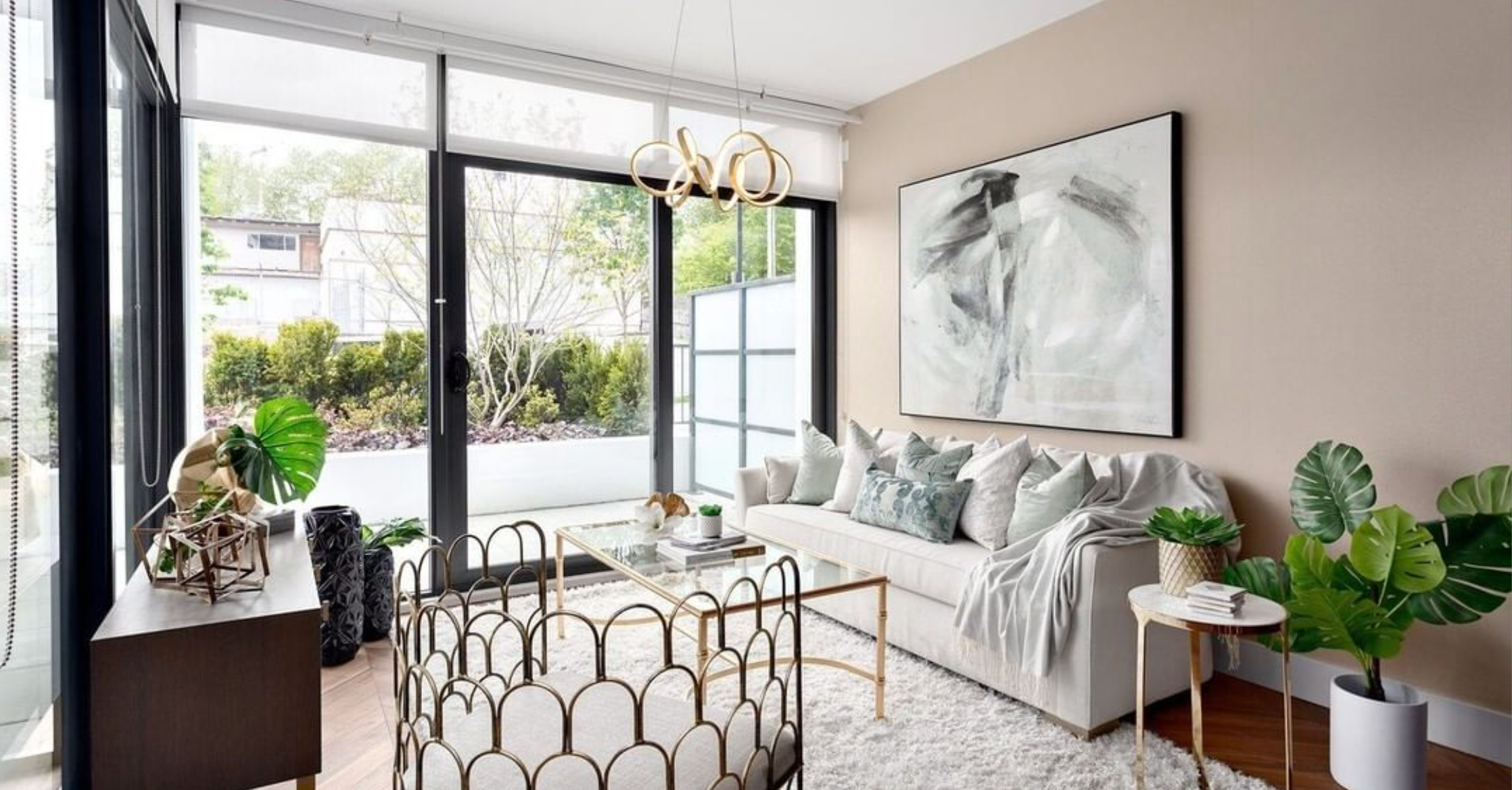 Had to share this modern, glam, and nature-inspired living room design by @kaluinteriors. Pulling those elements together is the Synergy Chandelier from @KuzcoLighting; twirling beams of light in the air and finished in a beautiful brass. #kuzcolighting #glaminteriors #glaminterior1 #glamlivingroom #modernlighting #modernlivingroom #livingroomideas #livingroominspiration #livingroomstyle #livingroomgoals #livingroomstyling #livingroomlighting #modernlighting #lightinginspiration