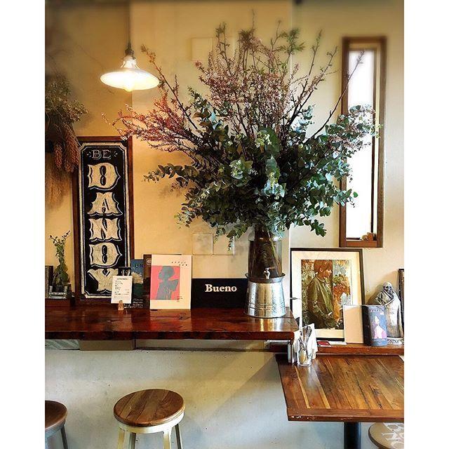 marimariamondayBUENOの店内は今週満開になります  明日はケータリングの為、1日お休みになりますのでランチもディナーも是非本日‼︎ 今週のランチは 牛スジカレー  チキンシーザーサラダ ガーリックトースト添え  お野菜プレート  です  ご来店お待ちしております‼︎ #三軒茶屋 #三茶BUENO #レストランと花屋さん #buenof #花屋 #オーダー花屋 #桜2016/04/04 11:41:33