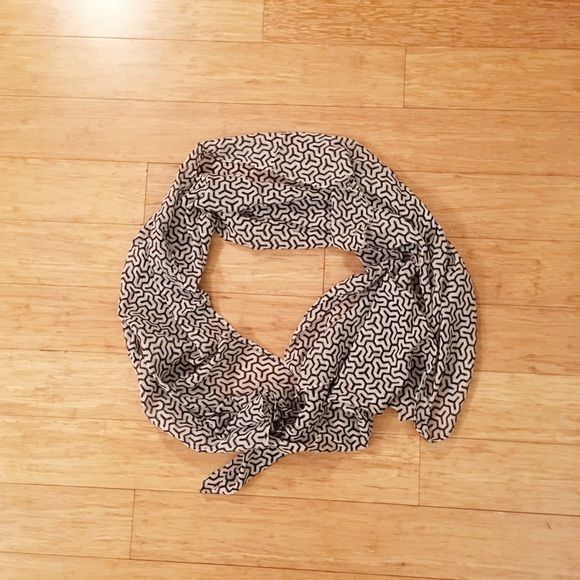 [Moving Sale] Uniqlo Scarf Black & White Pattern Like new condition, no marks, no tears. UNIQLO Accessories Scarves & Wraps