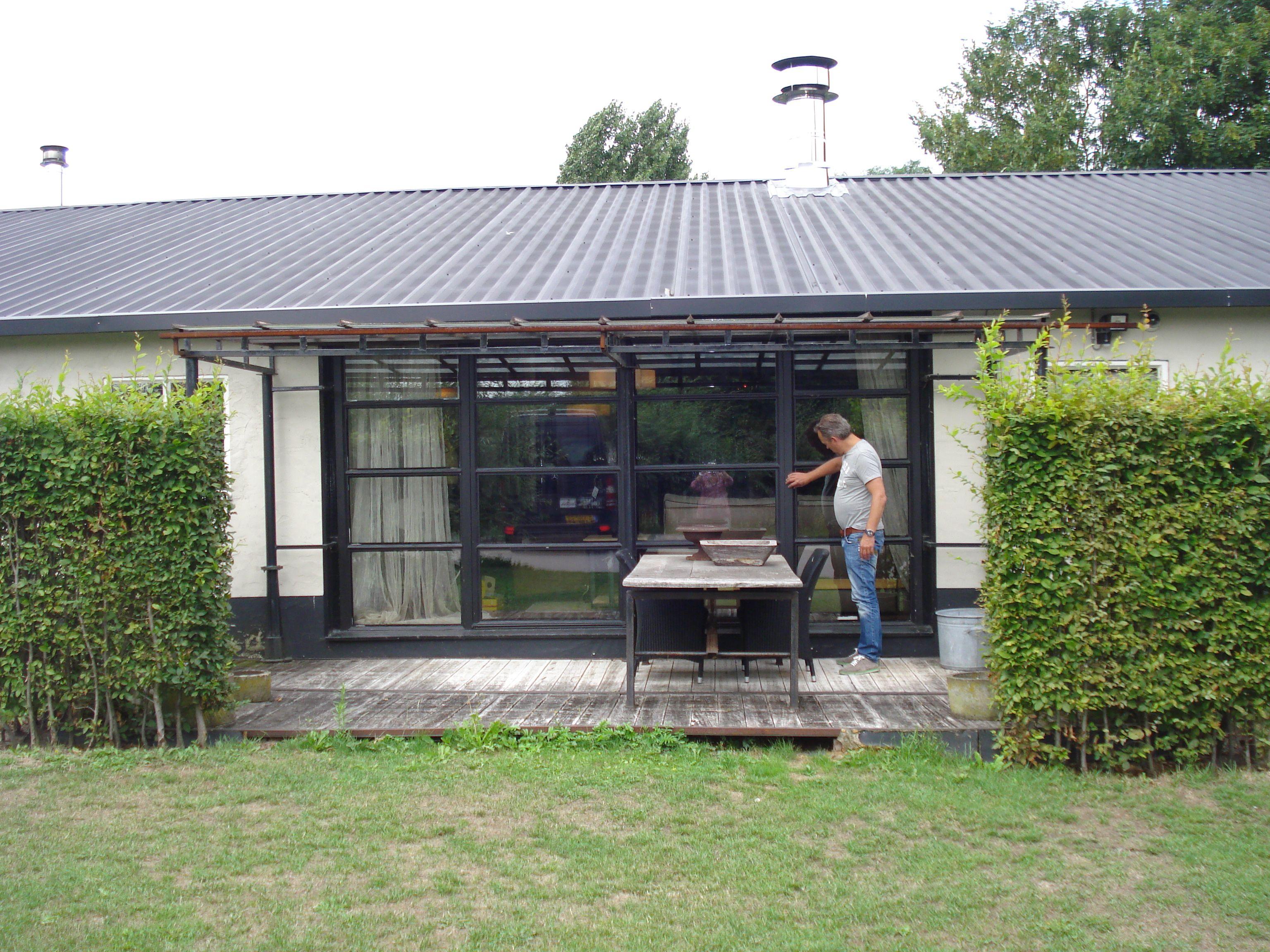 Voorbeeld van een stalen pui in de achterwand van het huis