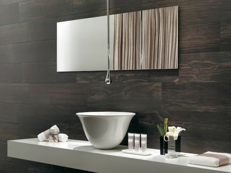 Badezimmer ideen für kleine bäderluxus badezimmer  Modernes minimalistisches Badezimmer mit Wandfliesen in Echtholz ...