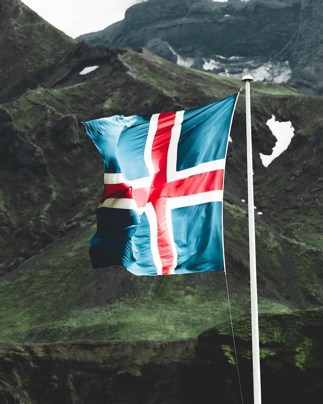 The Icelandic Flag Its Colours Representing The Ocean The Ice And The Fire Of The Island S Landscape Photo By Justcallmebenni Reisen Natur