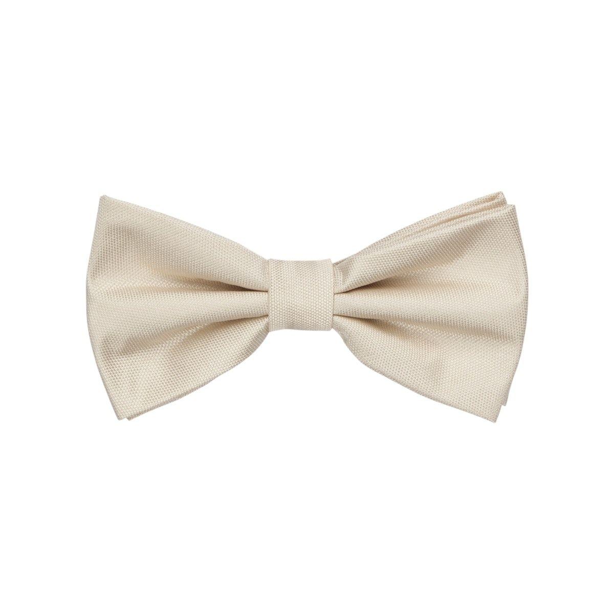 Das Must-Have der Herren-Accessoires zu festlichen Outfits. Für besondere Ansprüche bringt die Schleife aus der Schwarze-Rose-Kollektion eine hochwertige Ausstattung mit. Qualität und Flexibilität gewährleisten einen optimalen Tragekomfort. Die schlichte Dessinierung machen den Schleifen-Look besonders elegant und maskulin.