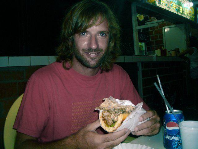 comiendo un pepito en Choroní, Venezuela