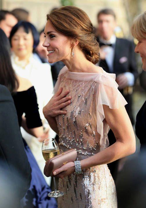 Kuninkaalliset kesätyylit - Elisabet luottaa kukkamekkoihin, Catherine glamouriin