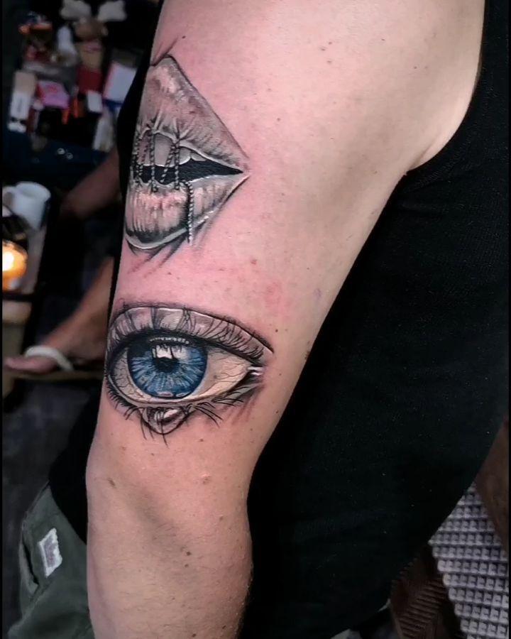 Reprise sur les chapeaux de roues, super projet, j'adore 😍 #tattoo #tatouage #tattoos #tattooed #mentattoo #tattooedmen #realismtattoo #realistictattoo #eye #eyetattoo #tattoorealiste #oeil #oeiltattoo #lip #liptattoo #ink #inked #inkedmen #tattooartist #colorfultherapy #tattooidea #tattooideas
