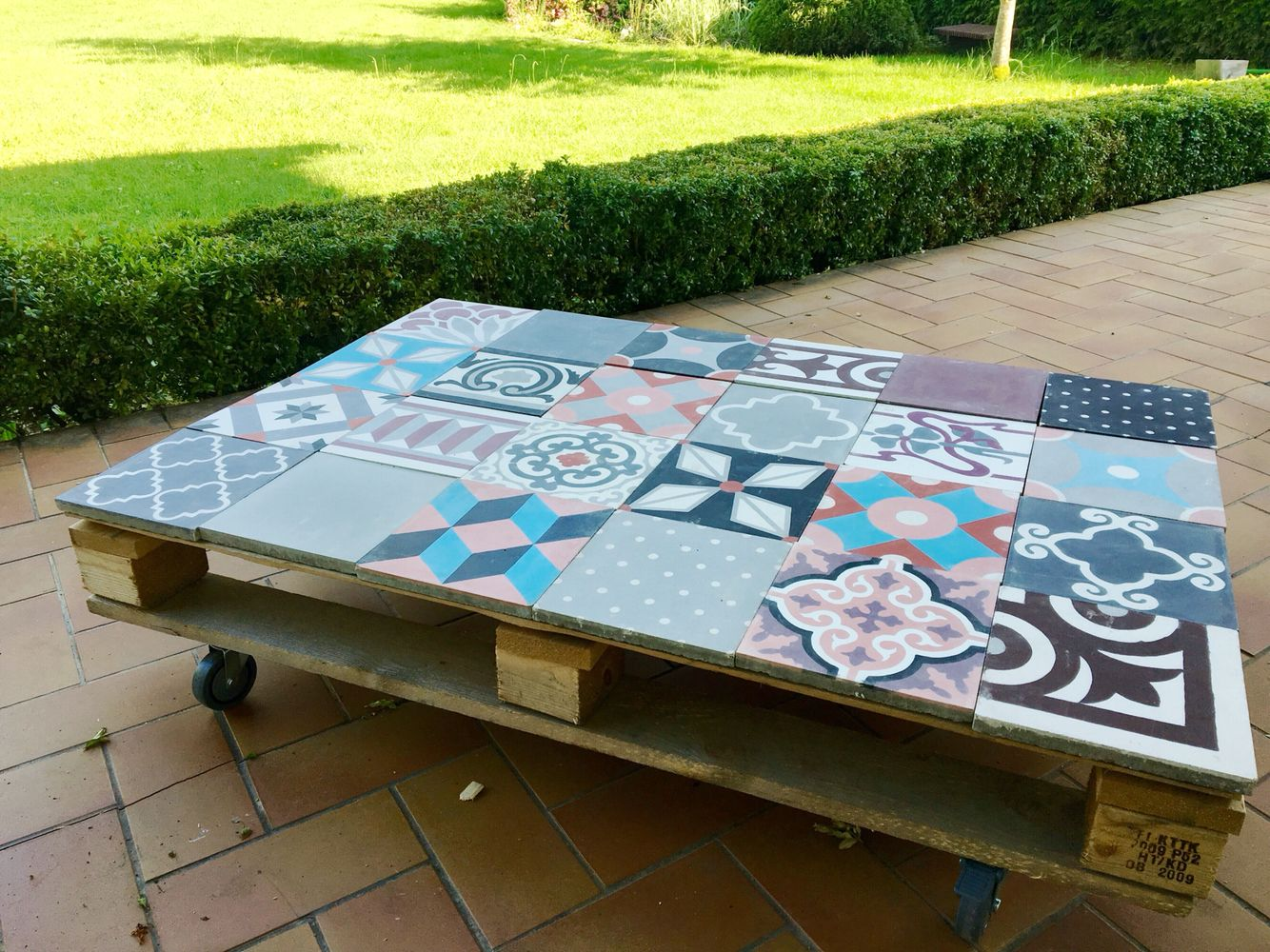 Table basse palette et carreaux ciment deco en 2019 tiles garden table et pallet furniture - Tables basses palette salon et jardin ...