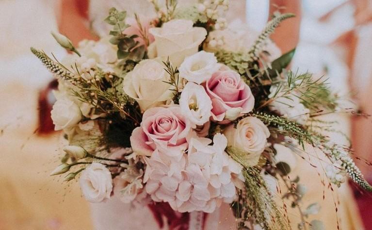 Kwiaty Na Slub W Kwietniu Szukaj W Google Floral Wreath Floral Decor