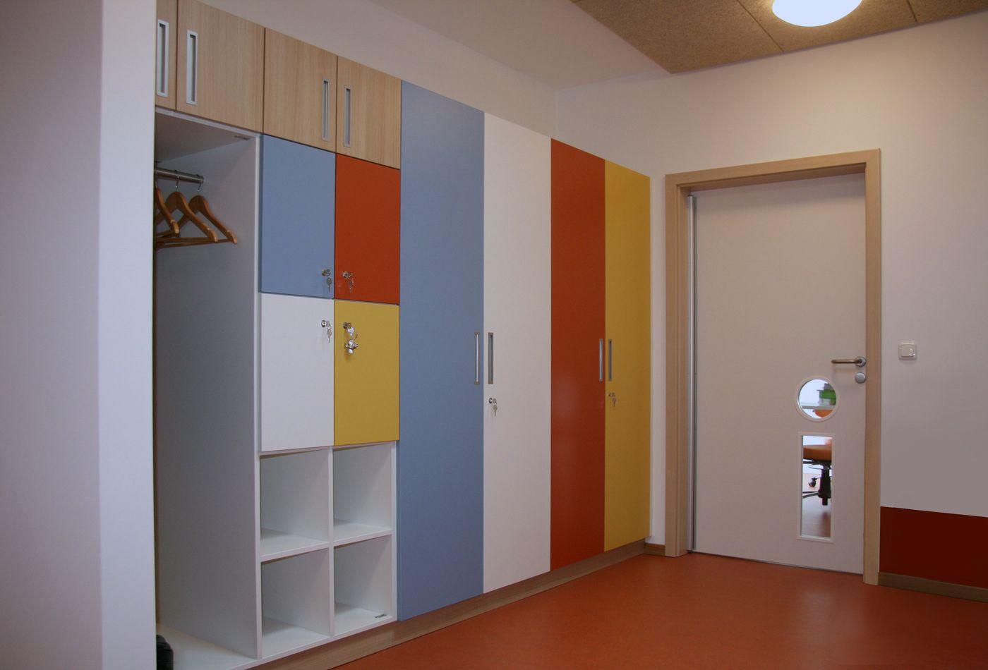 Ein Schrank Mit Regalboden Und Kleiderstange Im Eingangsbereich