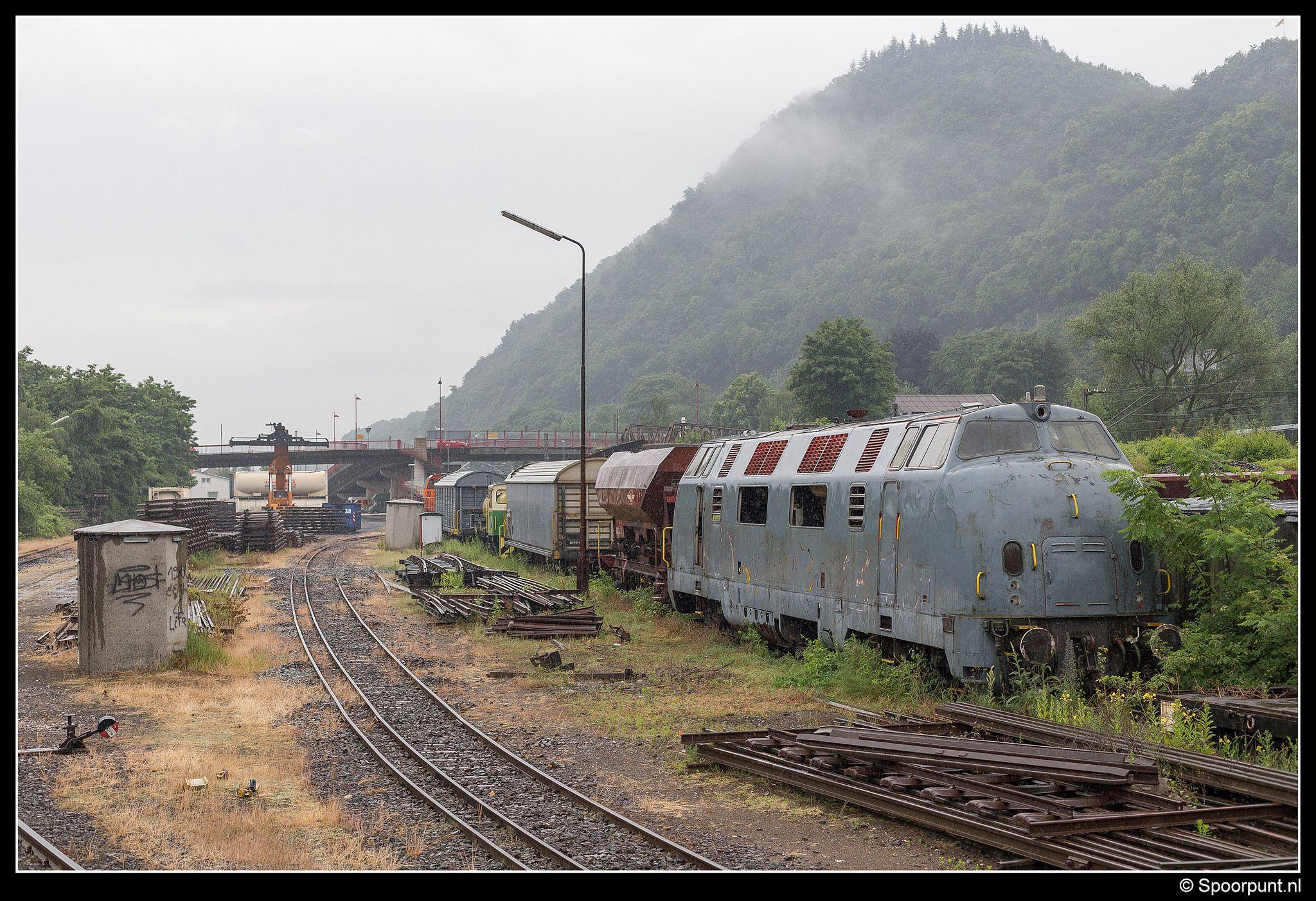 https://flic.kr/p/viv514 | Brohltalbahn 220 015-2 - Brohl-Lützing | De in 1957 gebouwde 220 015 heeft ongetwijfeld betere tijden gekend dan deze nu doormaakt op het emplacement van Brohl-Lützing. De locomotief dient als onderdelenleverancier voor de 220 053 van de Brohltalbahn