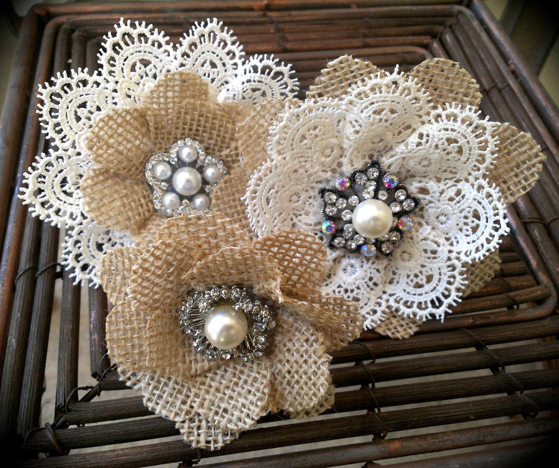 Rustikale Sackleinen und Spitze Kuchen Blumen mit Vintage inspirierte Broschen & Juwelen – Set 3, Sackleinen Spitze Cake Topper
