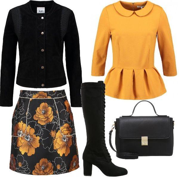 meet 9c6eb 2bce9 Una camicia color oro e una gonna corta con dei fiori dello ...