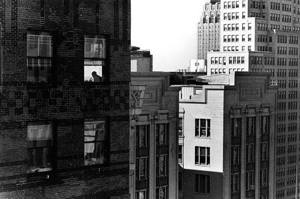 edificios en escala de grises