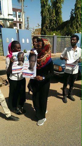 نالوقفة الإحتجاجية أمام السلطة القضائية بالخرطوم لإطلاق سراح عاصم عمر ، طالب جامعة الخرطوم والمعتقل منذ مايو العام الماضي