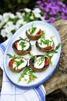 Gevulde champignons met gekonfijte tomaatjes en mozzarella http://www.njam.tv/recepten/gevulde-champignons-met-gekonfijte-tomaatjes-en-mozzarella