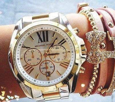 c0059d082a4 Loving multiple bracelets with the oversize watch from Michael Kors Watch.  FemininaBijuteriasRelógios ...