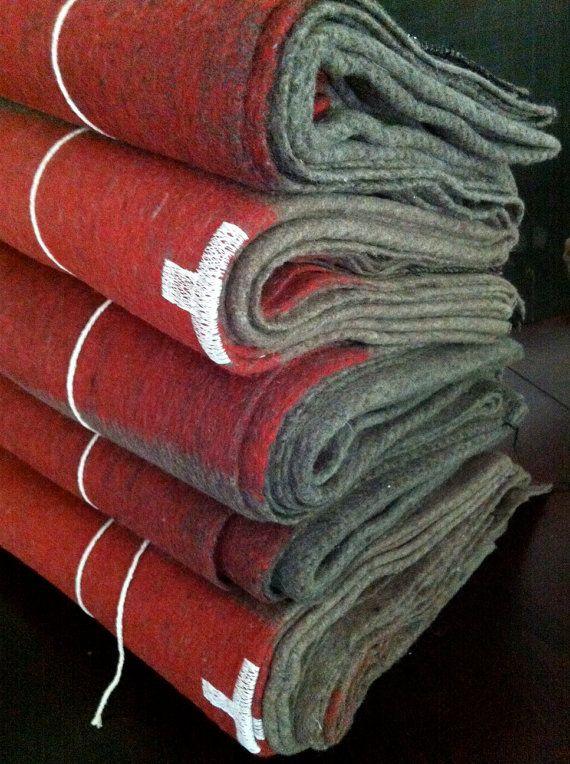 paire de couvertures de laine swiss army par odetojune sur etsy home d co. Black Bedroom Furniture Sets. Home Design Ideas