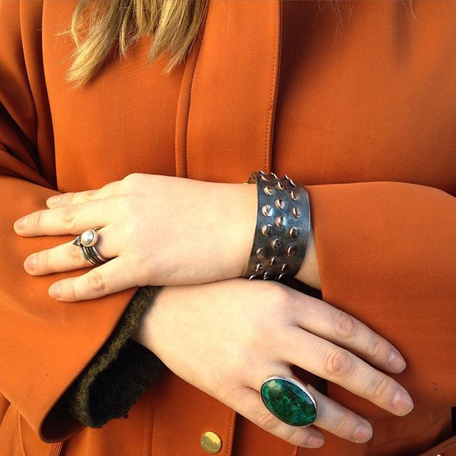 Moderne smykker.  Spesialauksjon pågår på blomqvist nettauksjon.  102652-1 Armring av Grete Prytz Kittelsen. 102271-1 Ring av Gine Sommerfelt.  Ring 103034-12.  #jewelry #silver #gold #rings #bracelet #norway #blomqvist #blomqvistnettauksjon #instadaily #picoftheday #greteprytzkittelsen #ginesommerfelt