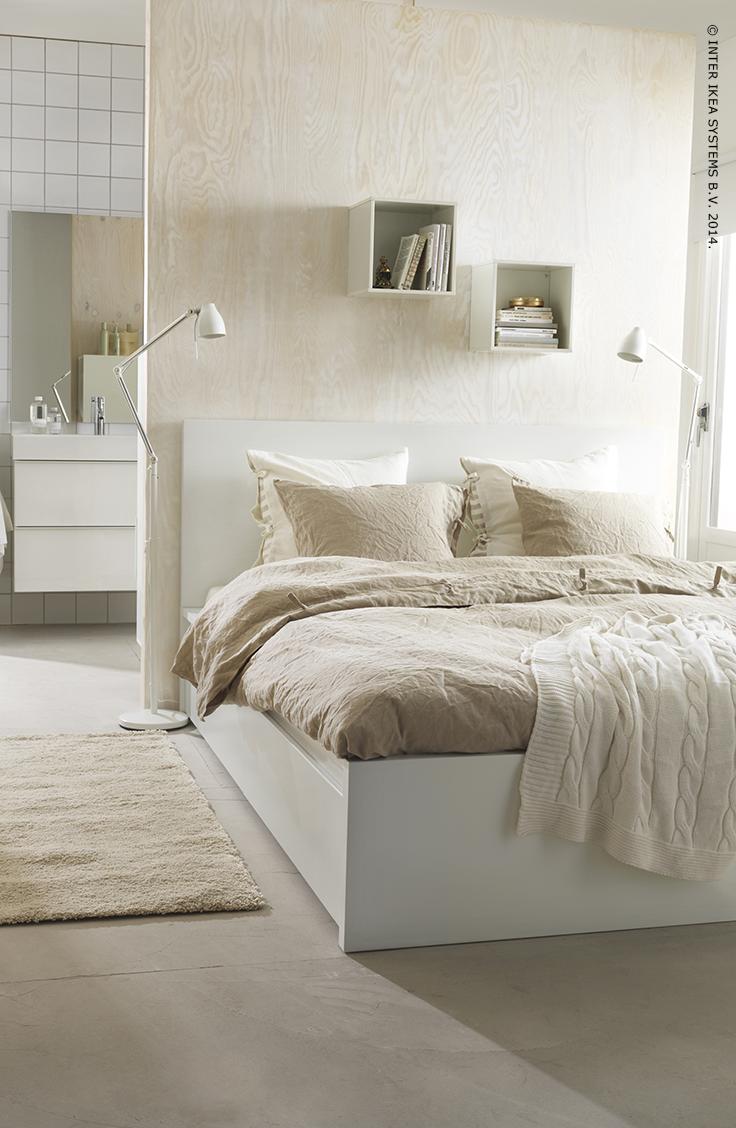 Verschillende tinten wit met onbehandeld hout zorgen voor een rustgevend effect en brengen sereniteit in de slaapkamer. #myIKEAbedroom