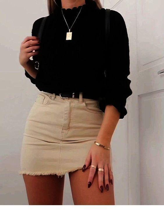 Süßer schwarzer Pullover mit Biege Minirock #sweateroutfits