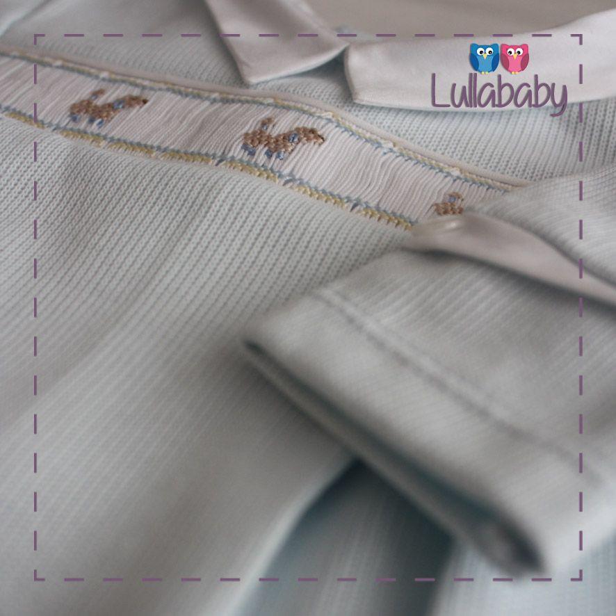 Macacão Azul 100% algodão tricotado, com pala estreita bordada de poodle.   Fornecedor: Petit Calin http://www.lullababy.com.br/pd-FCDAA.html