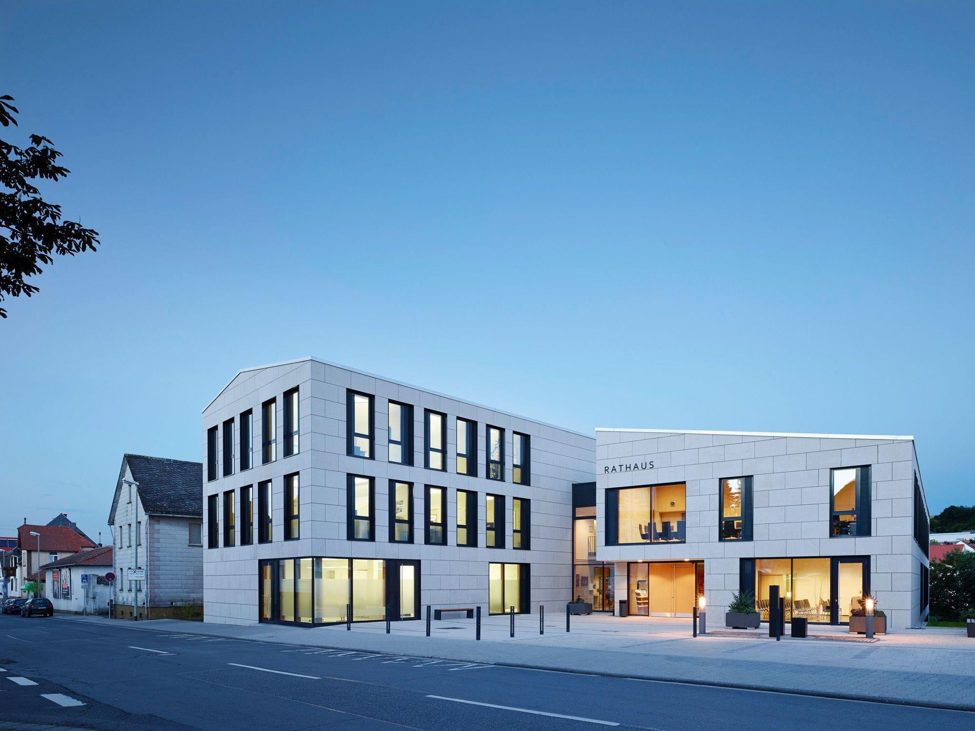 Rathaus in Neu-Anspach / Helle Mauern - Architektur und Architekten - News / Meldungen / Nachrichten - BauNetz.de