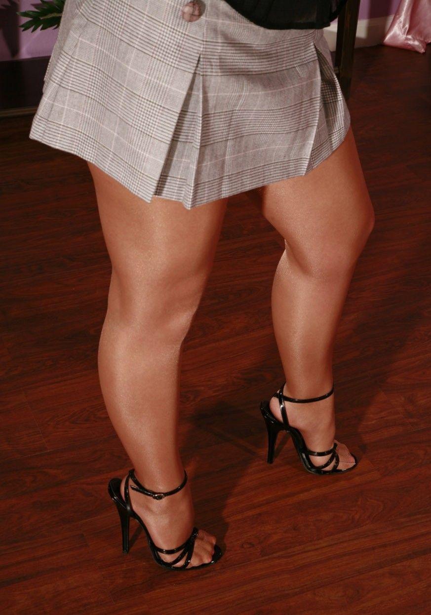Полненькие ножки девушки картинка