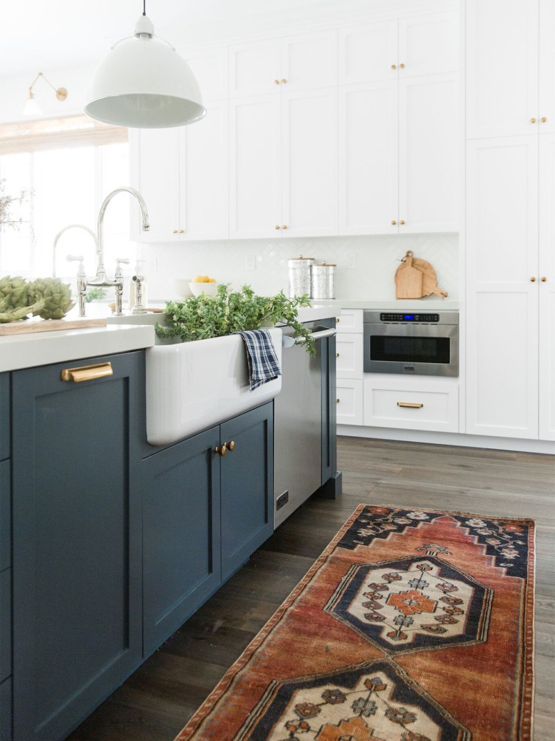 In This Breezy Melbourne Townhouse Laid Back Life Is Key In 2020 Navy Kitchen Cabinets Kitchen Cabinet Styles White Kitchen Remodeling