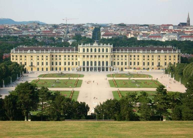 En Viena a cuerpo de rey: en un palacio y con mayordomo  www.turismoeuropeo.es Se trata del mismo palacio en el que la emperatriz Sisi pasaba sus veranos. Patrimonio cultural de la Humanidad de la UNESCO, es el destino turístico