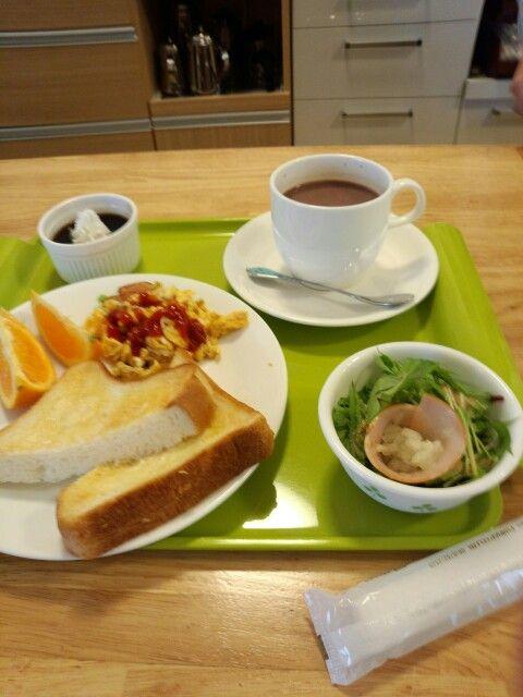 今日のお昼ご飯はトーストセットとホットミルクココアいただいています。