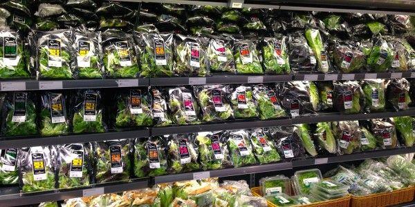 Helsingin Stockmannin Herkussa salaattitehtaan tuotteita oli kaupassa esillä valtava seinällinen. Kuva: Sorrin Puutarha.