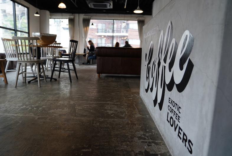 Anea Cafe 白金店 白金にある通常カフェとして営業している店舗を撮影スタジオとしてご利用いただけます 白と黒でコーディネートされた空間に コンクリート床の素材感が加わって シンプルかつスタイリッシュな印象を持つ雰囲気に カフェ 飲食シーンはもちろん
