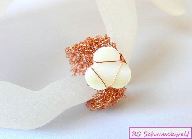 Gehäkelter Ring aus Draht, kupfer, mit Perlmutt http://de.dawanda.com/product/63517095-Gehaekelter-Ring-aus-Draht-kupfer-mit-Perlmutt