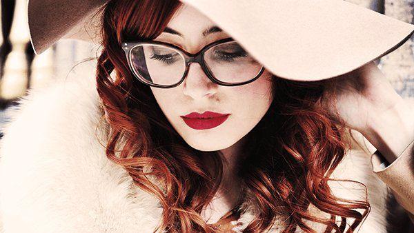 Gafas de pasta con labios rojos