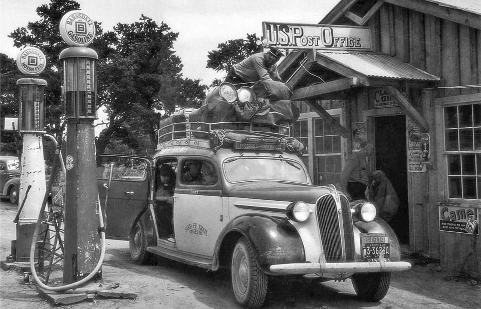 Santa Fe Trail Stage At The Post Office 1940 Benzinepompen Oldtimers Leeuw Tekening