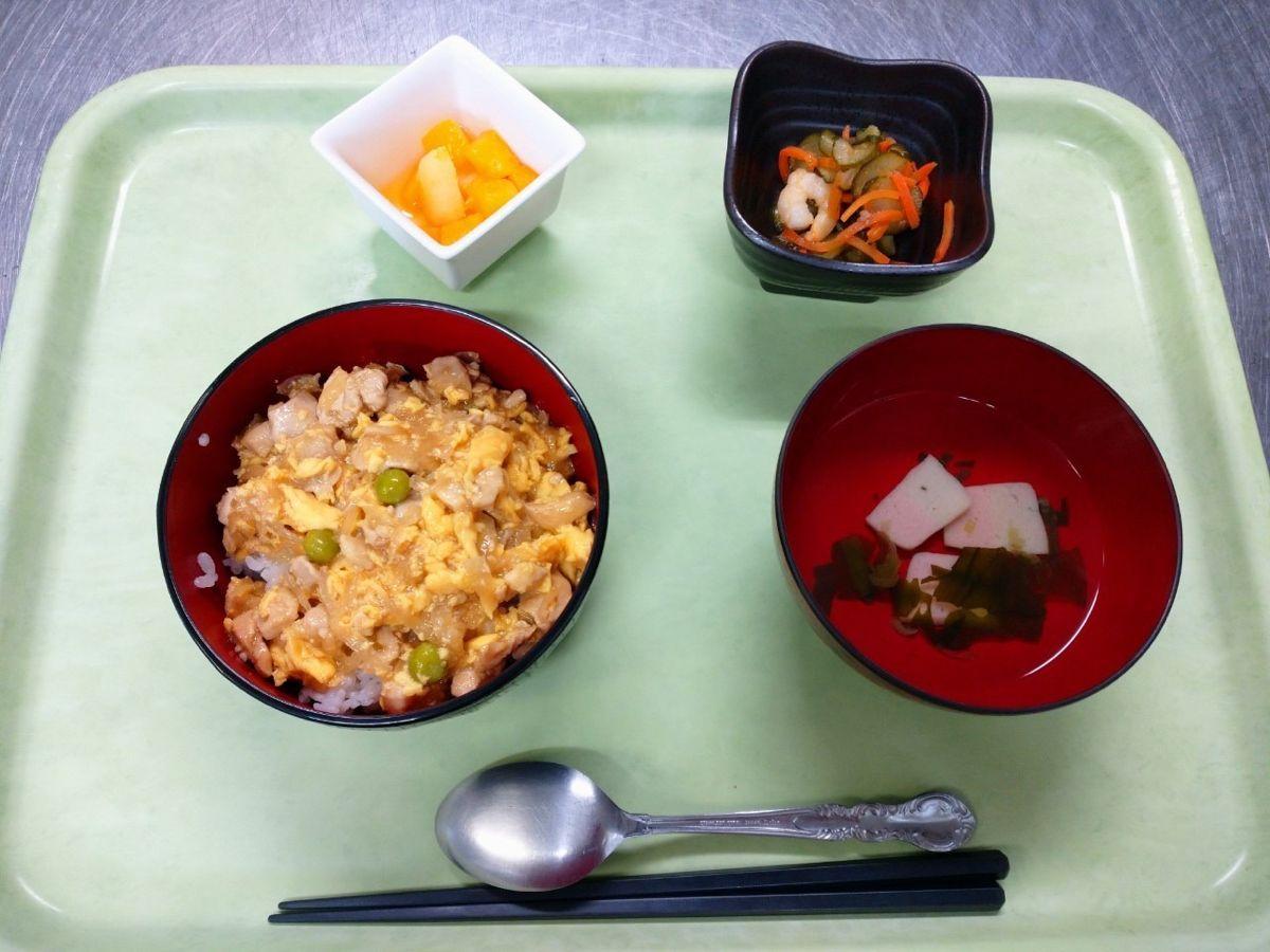 鷄てりたま丼、すまし汁、きゅうりと海老の酢の物、フルーツカクテルでした!