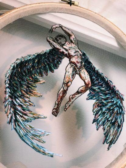 Les figures gracieuses et les paons chatoyants brodés sur du tulle sont inspirés de la haute couture   – Diy