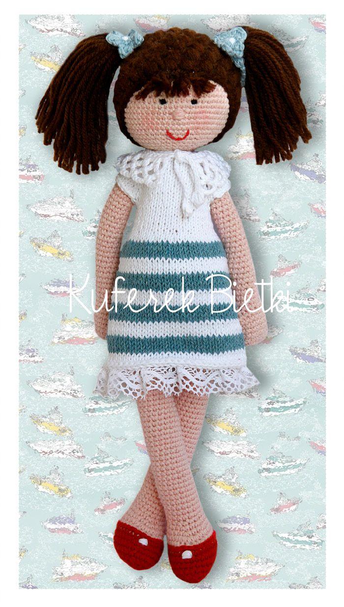 Mia - lalka wykonana na szydełku. Lalka ubrana jest w sukienkę, wykonaną ręcznie na drutach i ozdobioną koronkowym kołnierzykiem, swe...
