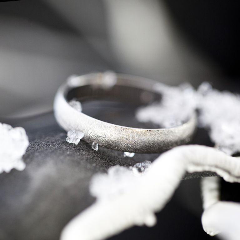 Alianzas de boda de oro blanco de 18k de Argyor. Descubre nuestras alianzas originales de acabados especiales.